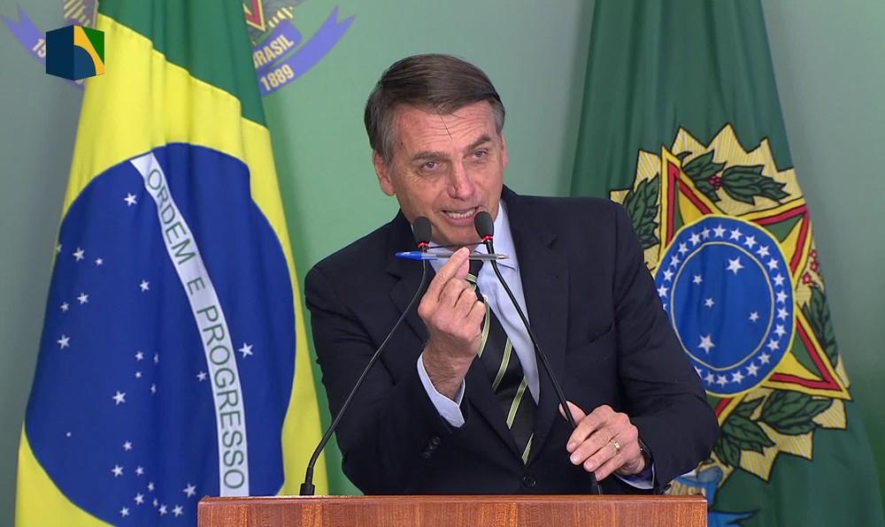 Resultado de imagem para Bolsonaro dá direito a porte de arma a políticos, advogados e jornalistas
