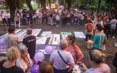 Participantes da marcha em 2019 reunidas no Bosque Guarani para confecção de faixas e cartazes - foto Marcos Labanca