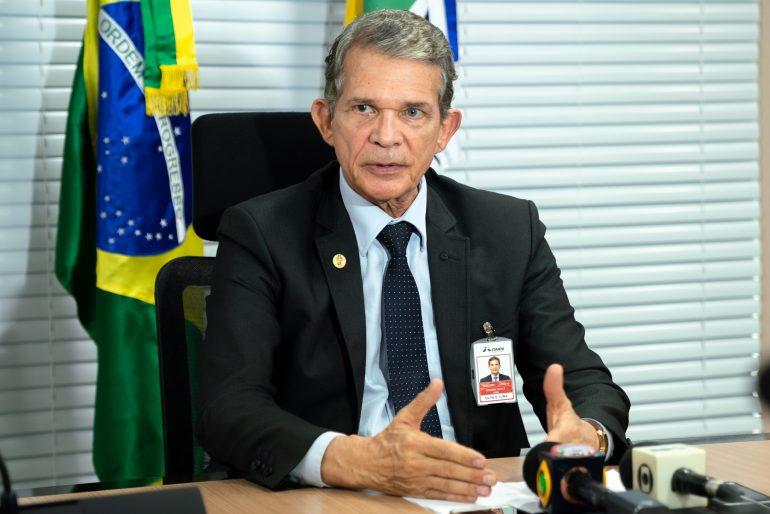 O diretor-geral brasileiro de Itaipu concede entrevista coletiva