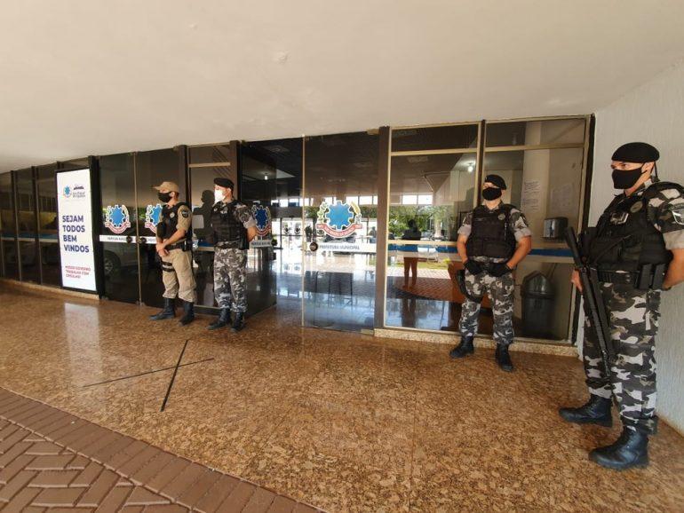 Promotores e investigadores estão na sede da prefeitura de São de Miguel do Iguaçu (Foto Bruna Kobus RPC Foz do Iguaçu)