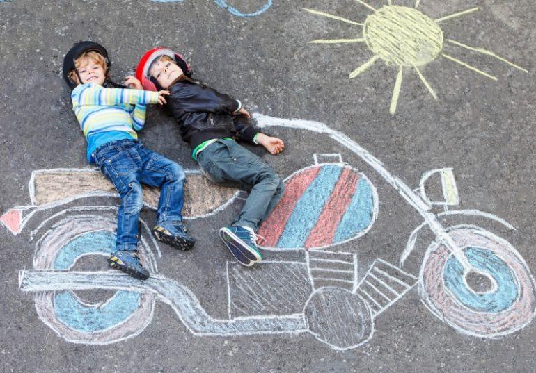 criancas moto